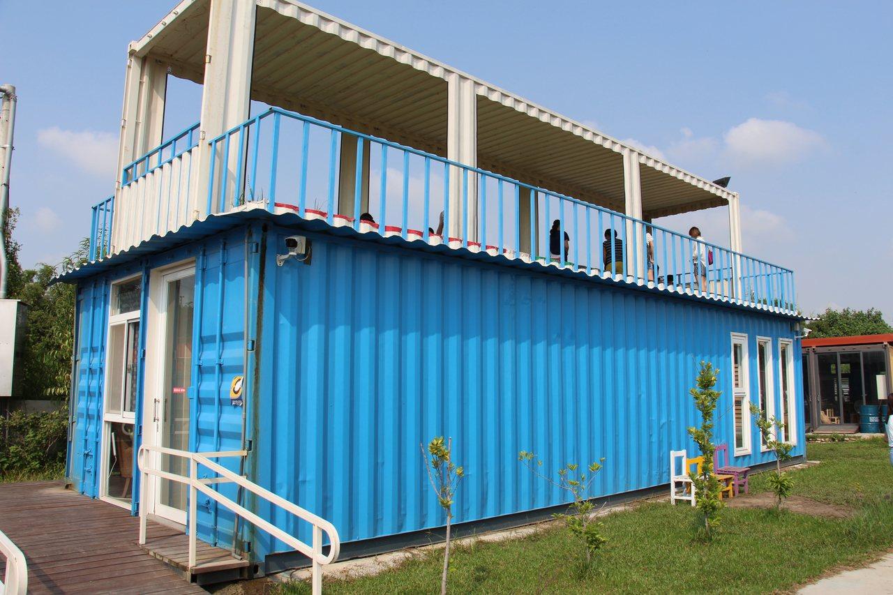 進入聚落後第一個看到的水藍色貨櫃屋,是不是很具有文創的氣息?但有些貨櫃是不開放進...