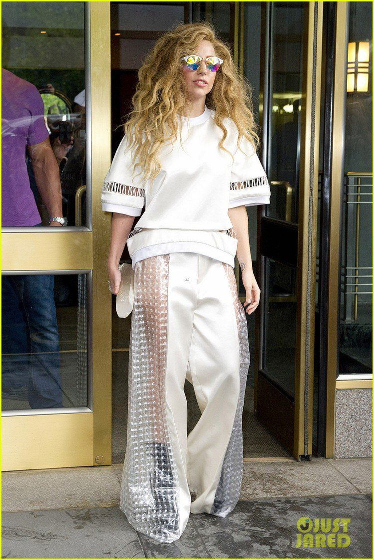 Lady Gaga表示喜愛黃薇褲裝的設計感。圖/justjared.com