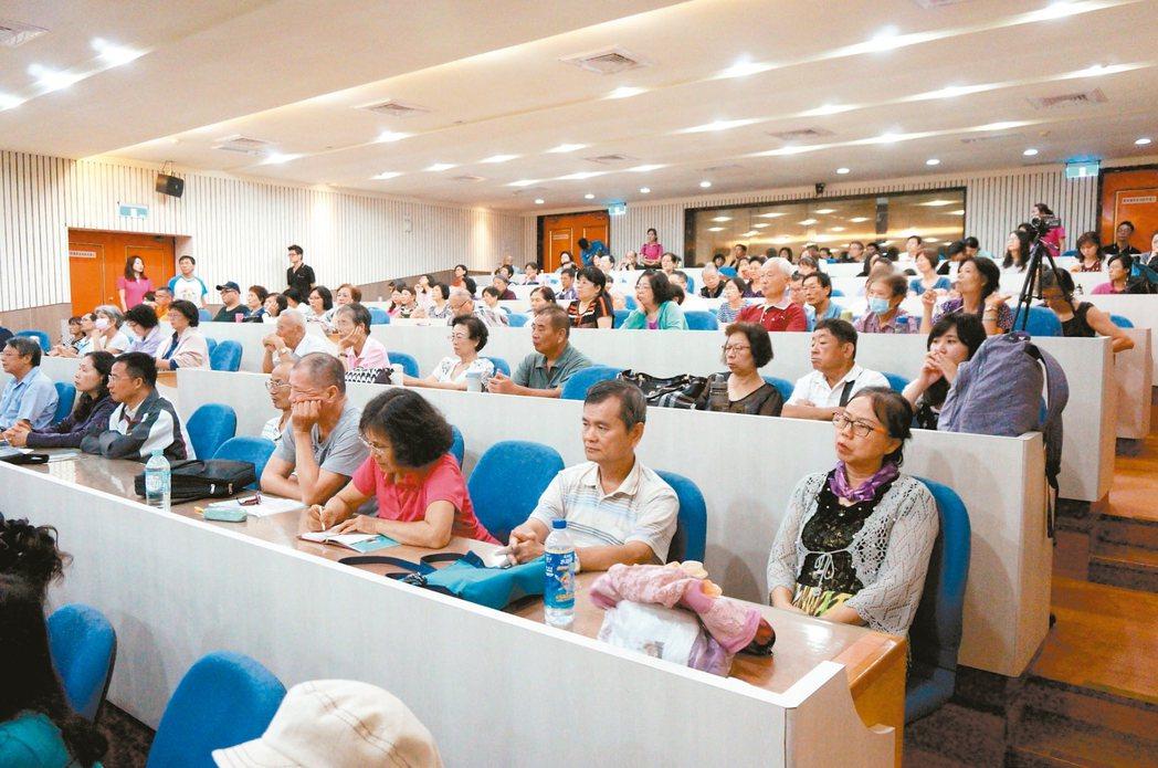 「關節照護新觀念」講座在台中舉辦,現場吸引上百名聽眾。 記者喻文玟/攝影
