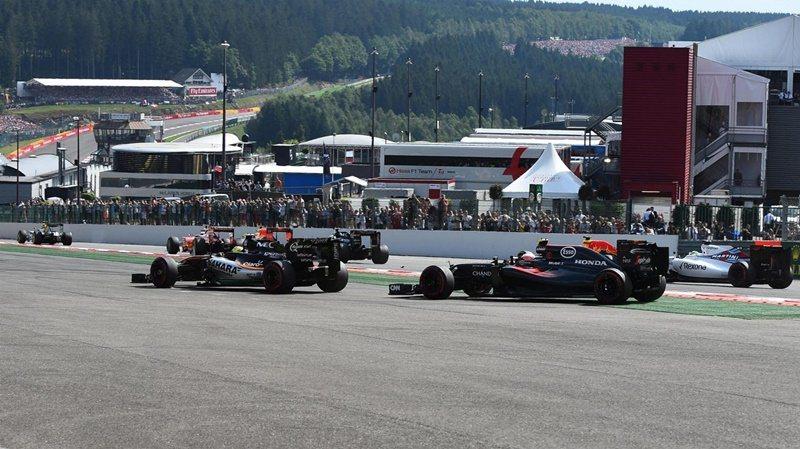 28日展開的正賽,剛開賽就發生碰撞。 摘自F1官方