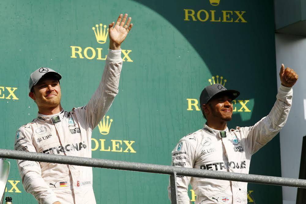 Lewis Hamilton(右)上演大驚奇,從最後一排發車最終奪得季軍。 賓士...