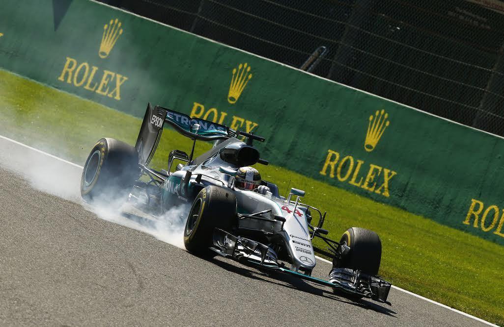 Lewis Hamilton因更換動力單元而被罰退至最後一排出發,最終卻以第三名...