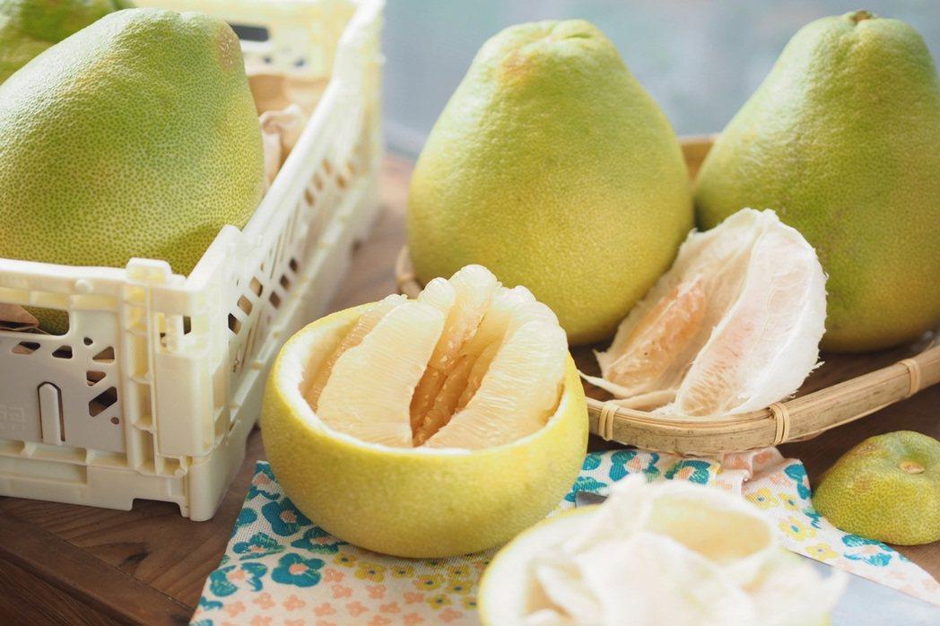 脫下的柚子皮當成小盅,裝入剝好的果肉,又甜又多汁的文旦,讓人一口接一口吃不停。