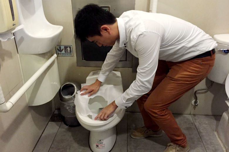 台北市環保局自2015年11月起實施「貼心公廁」,鼓勵公廁提供馬桶坐墊紙或坐墊消...
