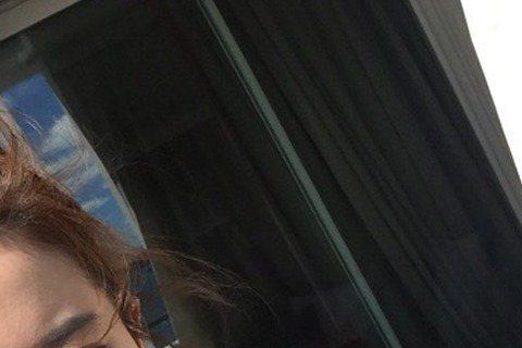 素有「仙女姐姐」之稱的劉亦菲,日前為公益活動參加直播活動,全程素顏的她嫩白肌膚與漂亮的五官讓許多網友們驚艷不已!許多大陸網友為了目睹這一刻,直播開始後擁入上百萬網友,有些人還因此被直播現場擠了出來,...