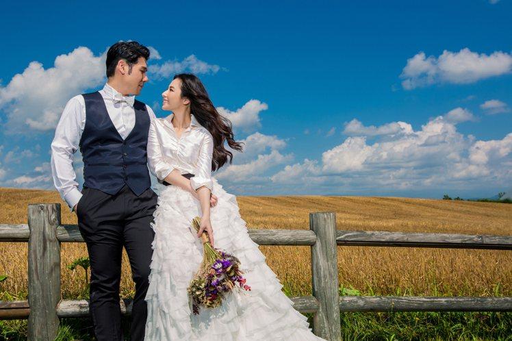 陳怡蓉(右)與薛博仁到北海道拍婚紗。圖/明悅經紀提供