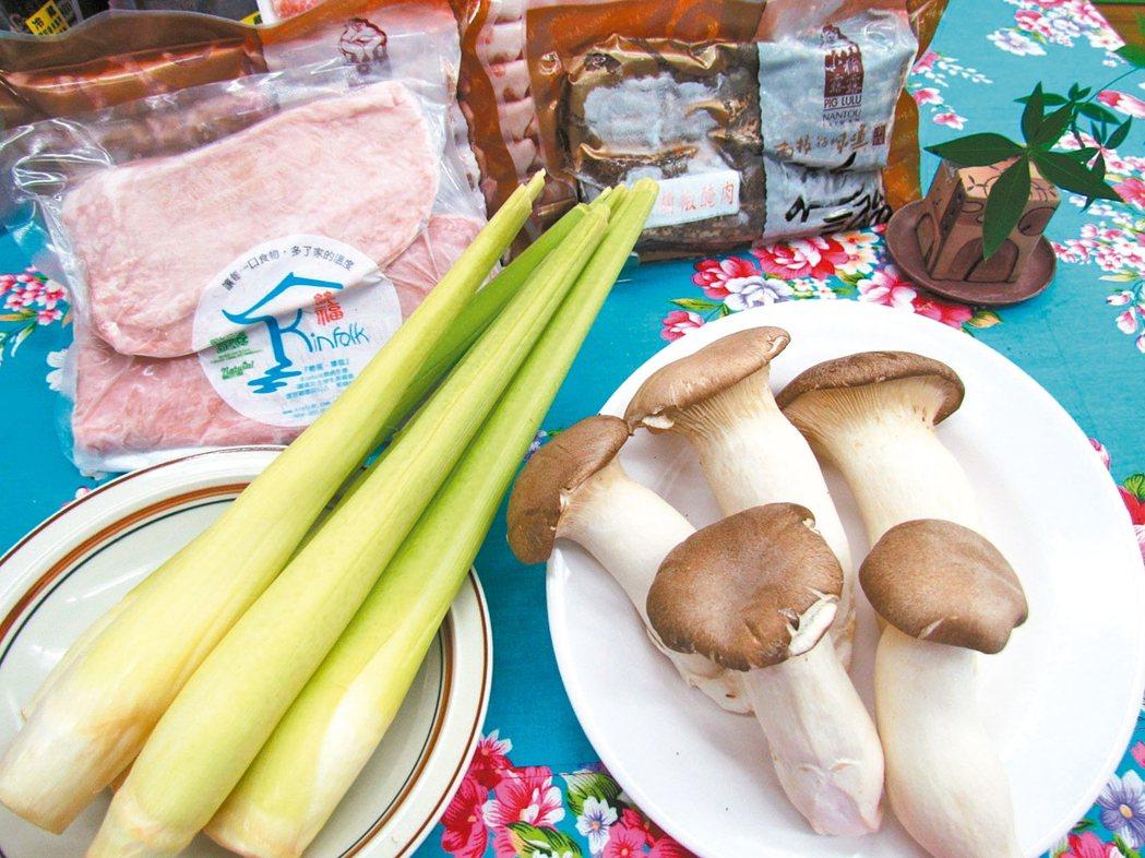 南投縣農產運銷公司推出「中秋烤肉組」,加入埔里茭白筍和杏鮑菇。 記者張家樂/攝影