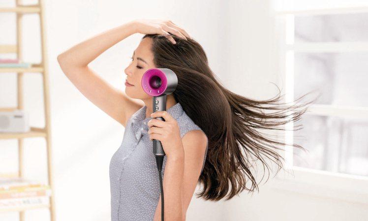 dyson推出第一支吹風機,訴求以高效能來快速吹乾頭髮,讓頭髮保持健康亮澤。 d...