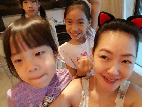小S常在網路上分享與女兒們的點點滴滴,尤其是老么許老三。日前小S在拍攝ELLE香港九月號封面時,透露曾聽到三個女兒們在吵架,當時許老三竟跟姐姐們說:「我有粉絲你們沒有。」在一旁的小S聽完非常擔憂。小...