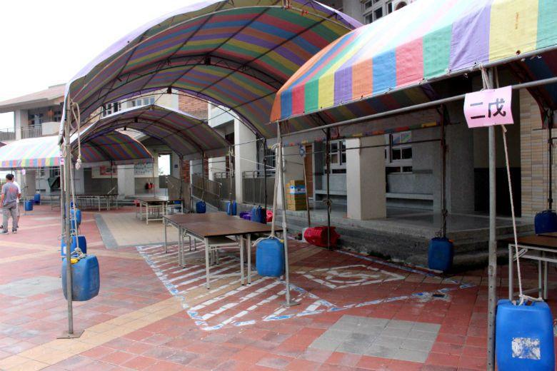 由於遷校紛爭未平,許厝分校學生在開學當天只能以帳篷代替教室。 攝影/姜宜菁