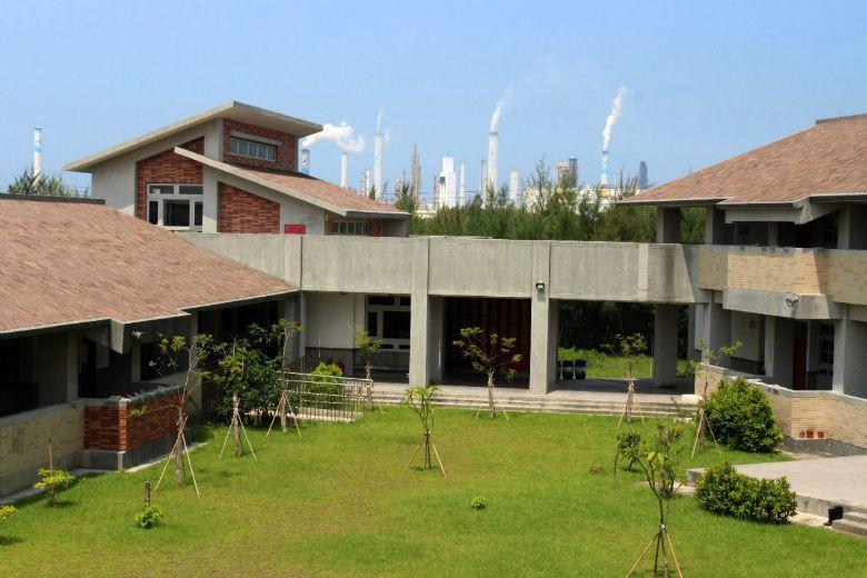 許厝分校校地是移除保安林後興建,緊鄰台塑工業區,從學校即可看到工廠煙囪。 攝影/姜宜菁
