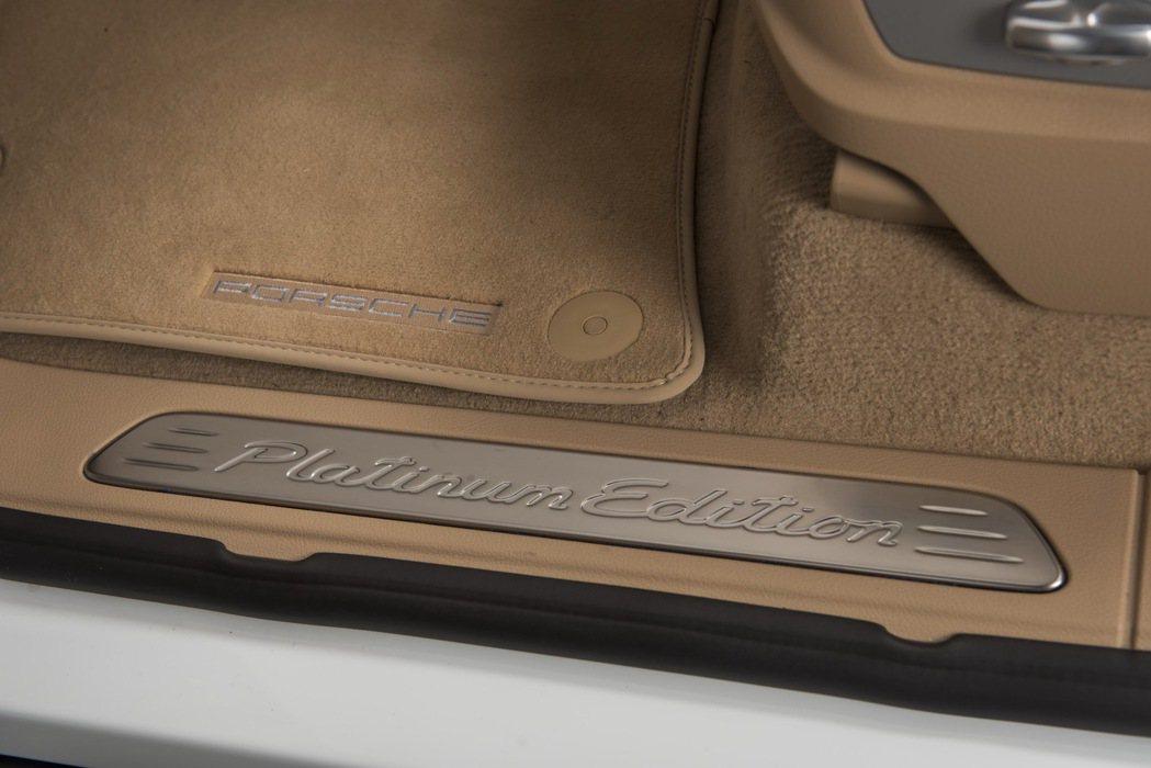 迎賓門檻上專屬的「Platinum Edition」車型字樣。 圖/永業提供