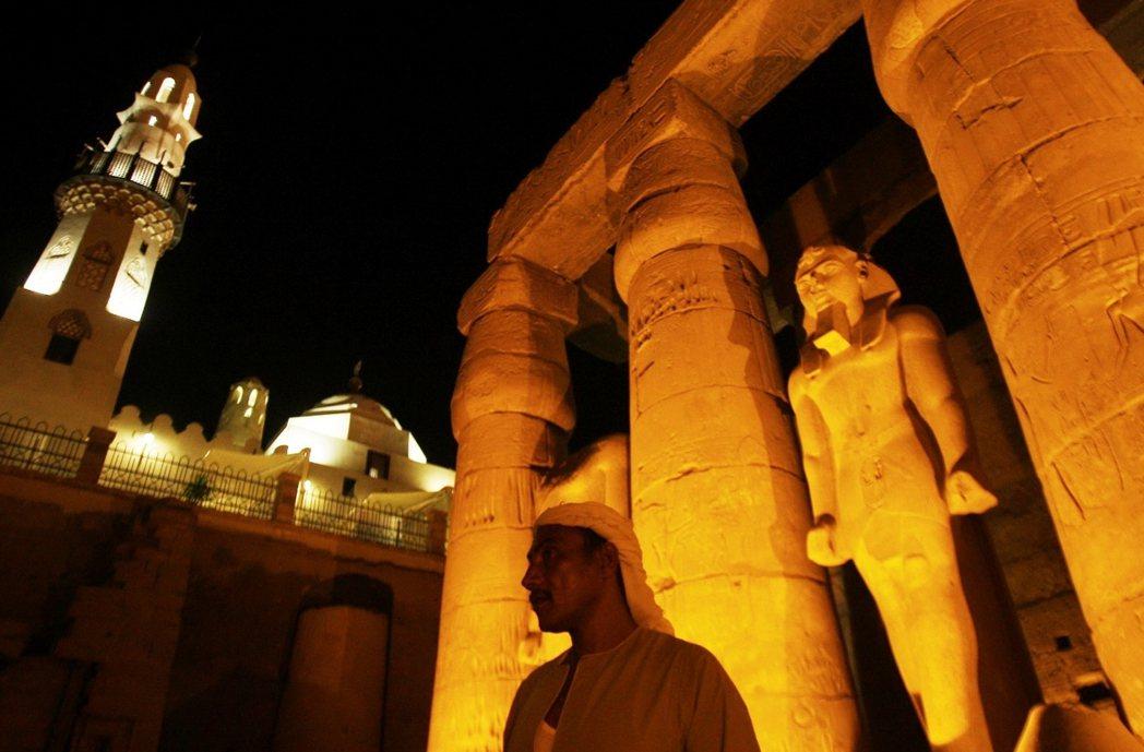 羅馬遊客在牆上塗鴉;基督徒將代表異教的希臘神祇頭像和壁畫塗抹銷毀,甚至在墓穴和神...