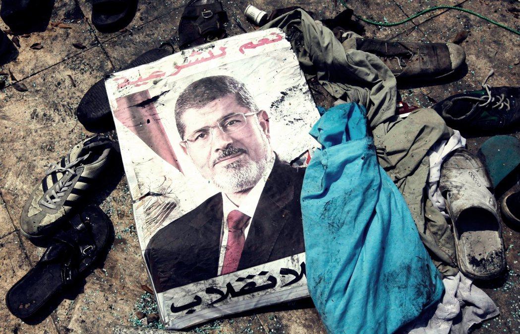 支持與反對穆爾西(圖)總統的力量,再一次撕裂了革命後的埃及社會,並給予軍方重新介...