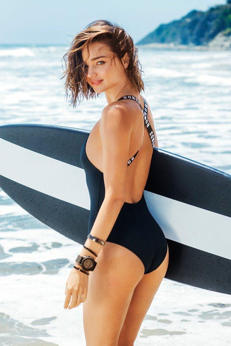 米蘭達柯爾為澳洲泳裝品牌BONDS拍攝的一系列廣告曝光。圖/摘自fashiong...