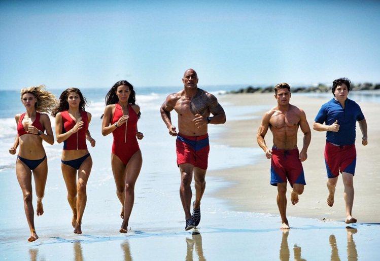 柴克艾福隆(右二)在「海灘遊俠」電影版演救生員。