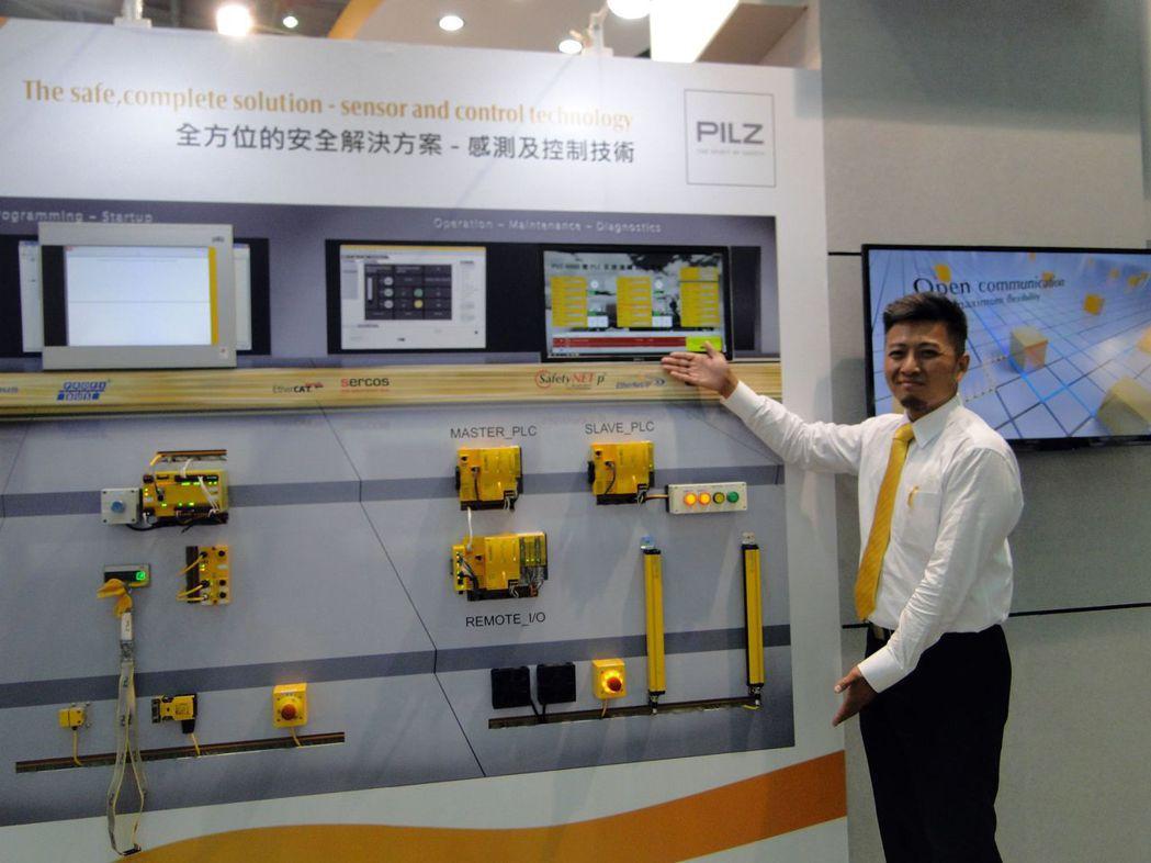 臺灣皮爾磁服務經理王紹維介紹PSENopt II光柵的首款TYPE3光柵,它沒有...