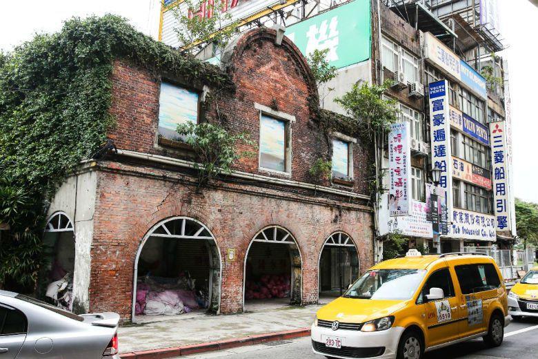 在北門郵局一旁的三井物業倉庫,凝縮了日本殖民時期相關的產業拓殖痕跡,以及財閥把持經濟的歷史。 攝影/鄭清元