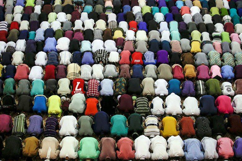 馬來西亞穆斯林於清真寺禮拜。 圖/歐新社