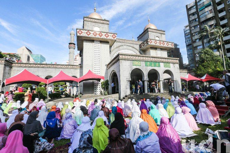 穆斯林在開齋節這天到清真寺做禮拜。 攝影/記者鄭清元