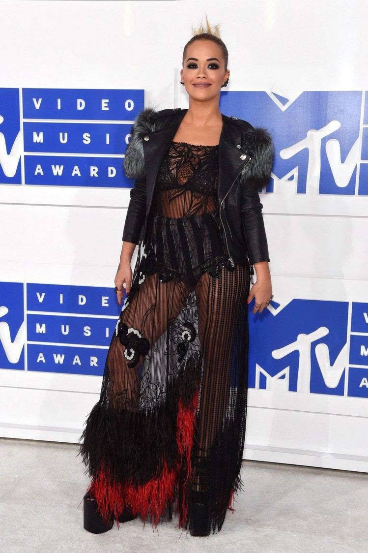 芮塔歐拉(Rita Ora)穿著Marc Jacobs透視長禮服搭皮夾克出席20...