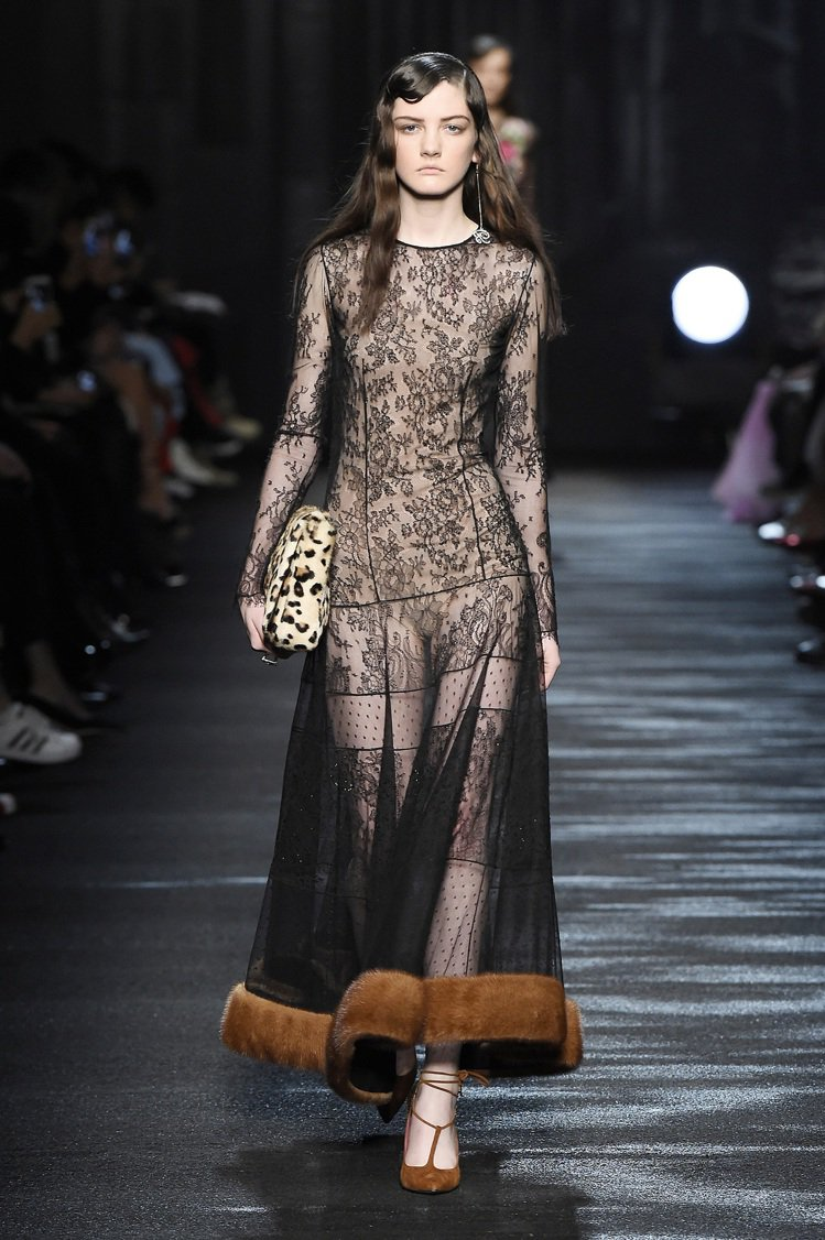 BLUMARINE秋冬也推出多款「透視薄紗」設計,洋裝裙擺混搭皮草,性感中帶著溫...