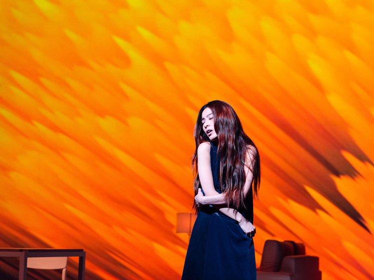 田馥甄穿著陳劭彥打造的夜藍色戲服展現舞台劇張力。圖/SHAO YEN提供
