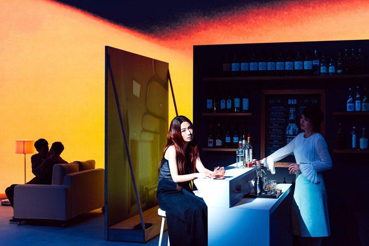 田馥甄穿上陳劭彥打造的夜藍色劇服,具有知性美感。圖/SHAO YEN提供