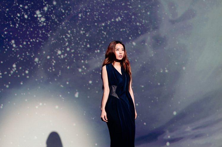 陳劭彥打造的夜藍色戲服充滿神秘感。圖/SHAO YEN提供