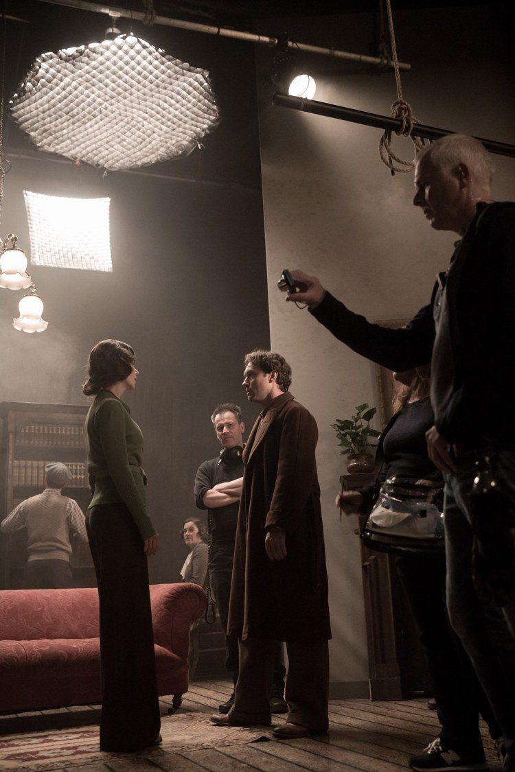 影后妮可基嫚(後左)在「天才柏金斯」怒摑裘德洛巴掌。圖/傳影互動提供