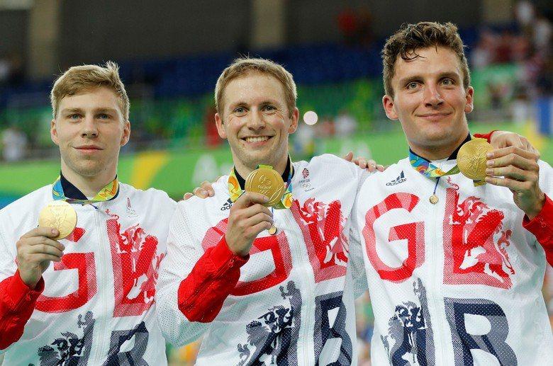 圖為英國隊自由車車選手奪金合照,自左起為Philip Hindes,Jason ...
