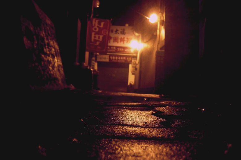 哭著走在回家的路上,在暗巷裡,未知的未來正等著圭雅...... 圖/Jason Tester Guerrilla Futures