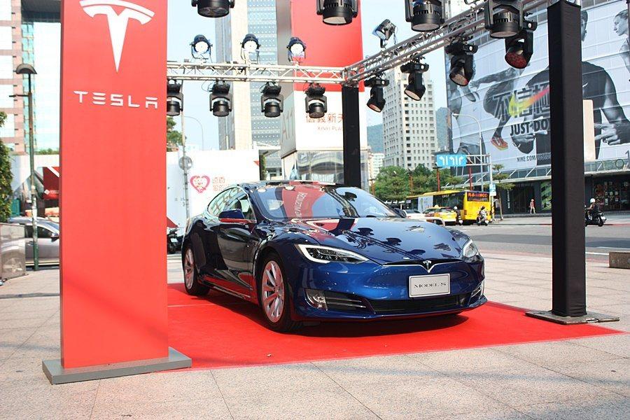 旗艦店外展示的Model S。 記者/林和謙攝影
