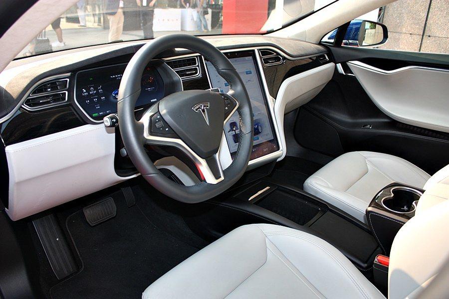 Model S車內中控台配備17吋觸控螢幕。 記者/林和謙攝影