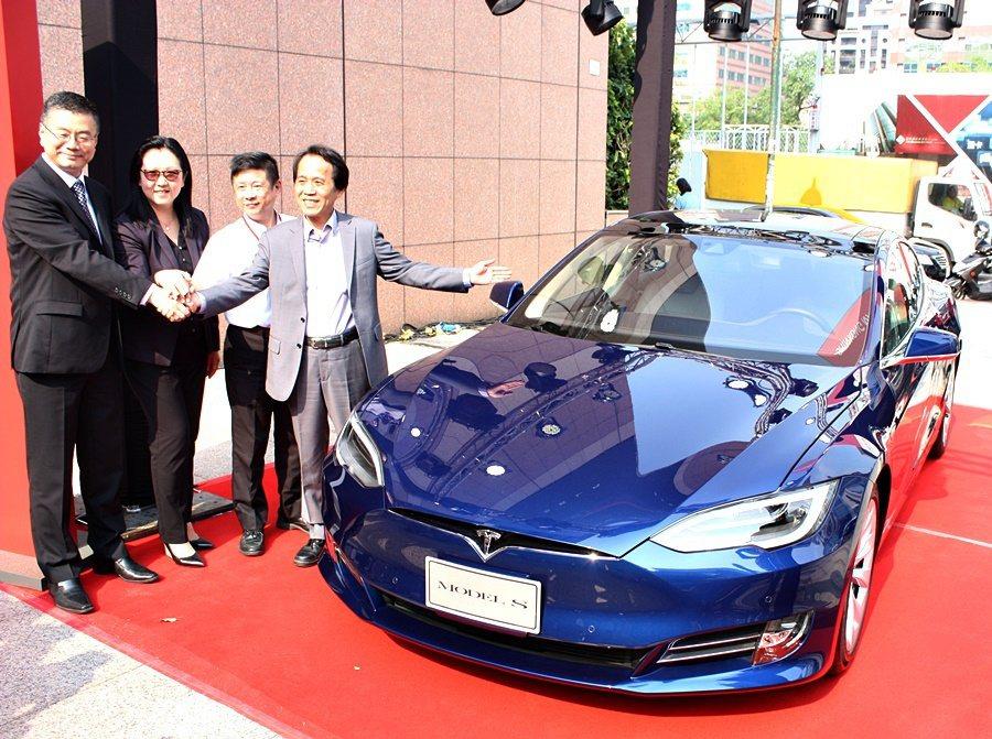 台北市副市長林欽榮(右一)、Tesla全球副總裁暨亞太區總裁任宇翔(左一)與Mo...