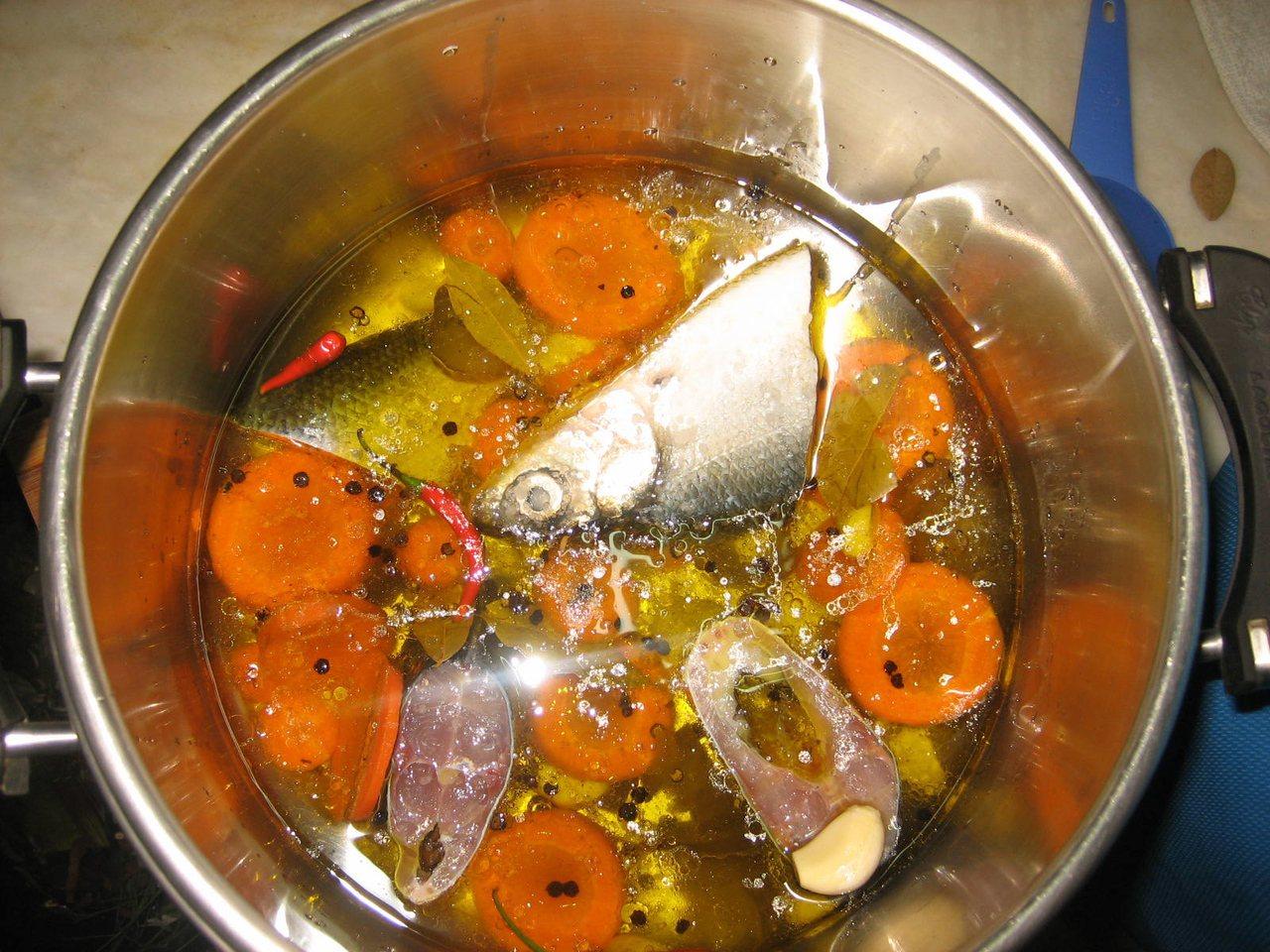 印尼以壓力鍋料理虱目魚。圖/取自domesticurbanite