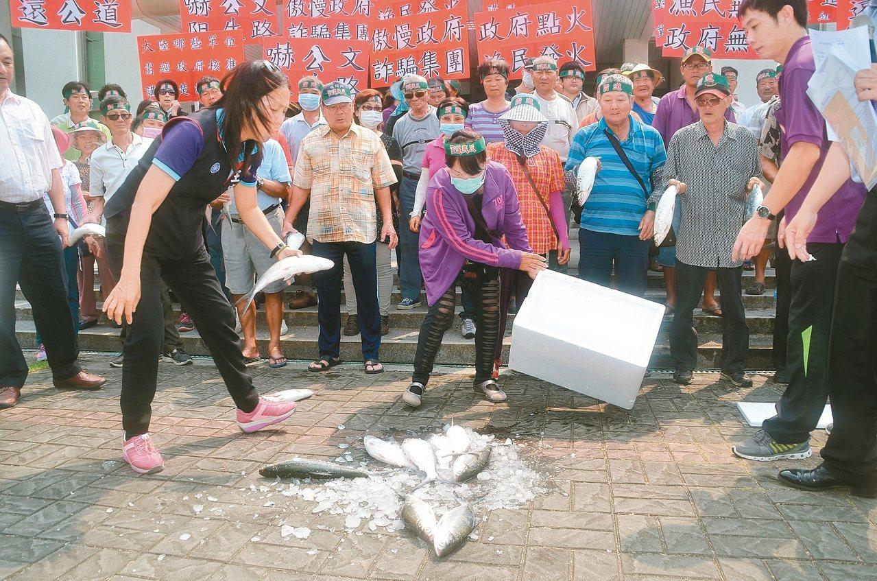 養殖業者原將在九月前往北京爭取恢復契作受阻,被台南漁民認為是政府干涉虱目魚的契作...