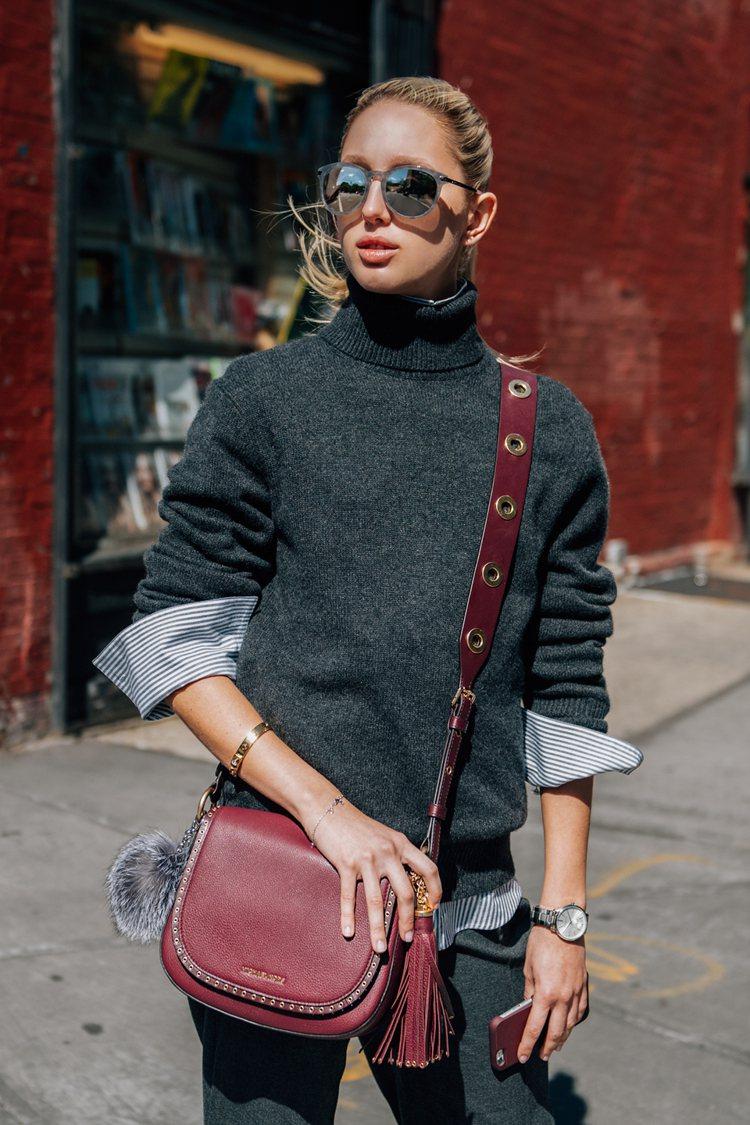 希臘公主的纖瘦身型,搭襯Brooklyn馬鞍包更顯俐落。圖/MICHAEL KO...