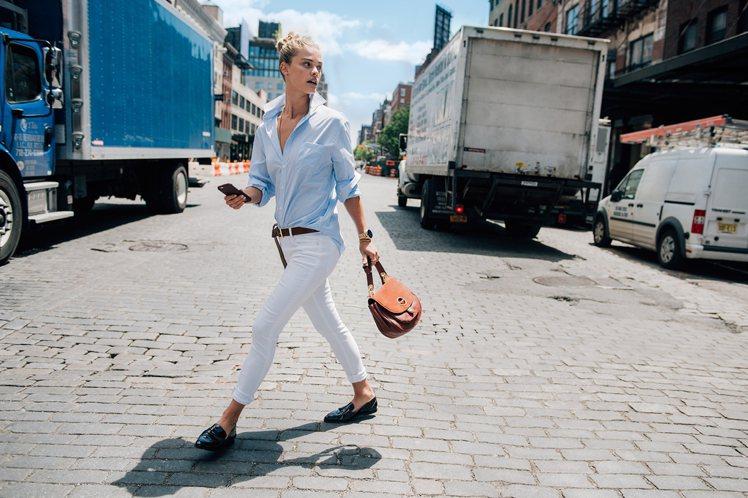 丹麥名模妮娜阿格戴爾詮釋Isadore麂皮拼接包款,清爽帥氣。圖/MICHAEL...