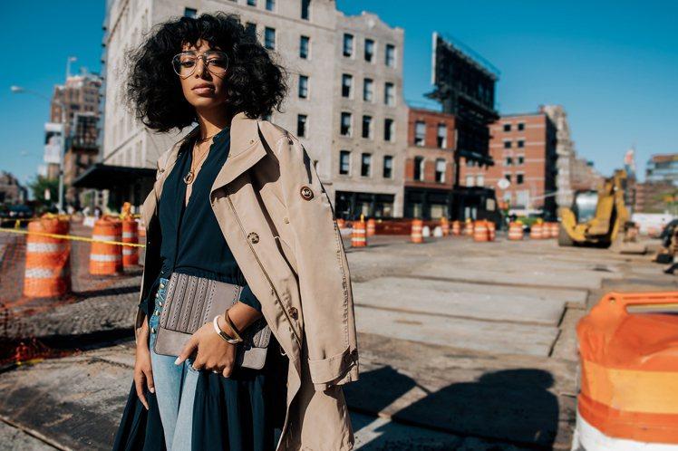 創作歌手索蘭芝諾利斯的穿搭有酷炫的都會街頭感。圖/MICHAEL KORS提供