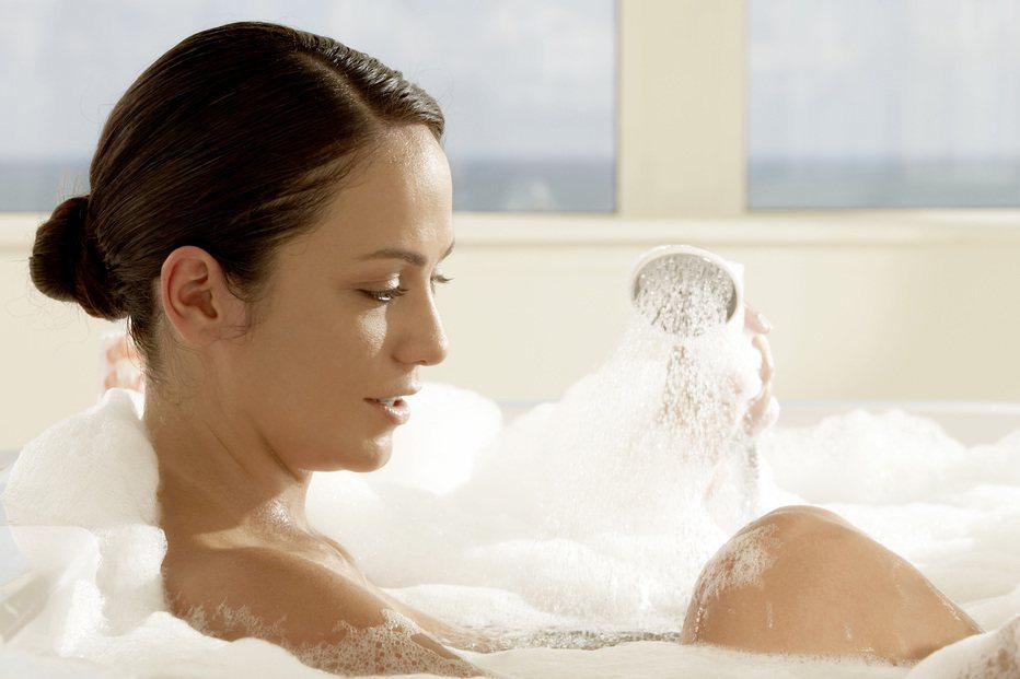 飯後立刻洗澡或泡腳會減弱腸胃的消化功能。圖/Ingimage授權