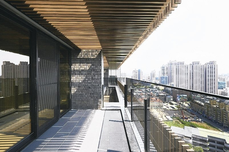 FASTEK天花板格柵,藉著光影穿透格柵,演繹出千奇萬化的氛圍。