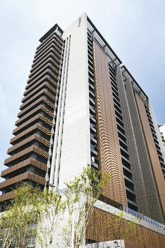 光鈦將現代建築美學結合綠建材鋁格柵,三色混搭的鋁格柵,在虛實空間展演出磅薄氣勢,...