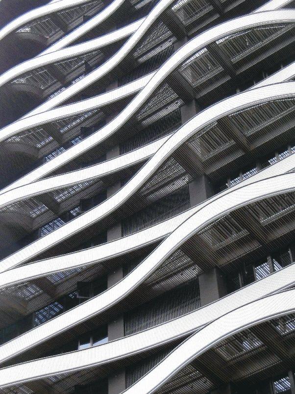 鈦以層間交錯的設計與穿透性強的鋁格柵,打造出令人感動的建築之美。