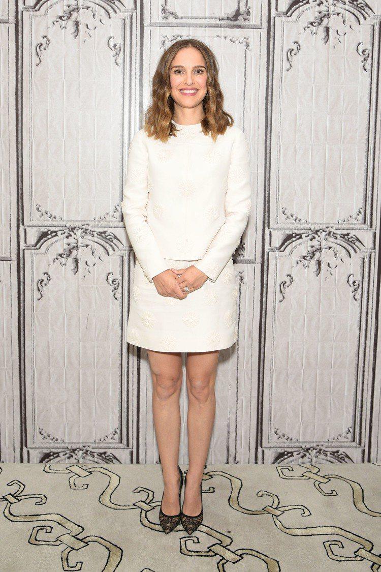 娜塔莉波曼VALENTINO 2017早春白色套裝具知性品味。圖/達志影像
