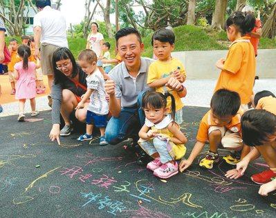 我是孩子王!新竹市中央兒童遊憩公園的多功能遊具,啟發孩子攀爬遊具的能力。上圖為新...