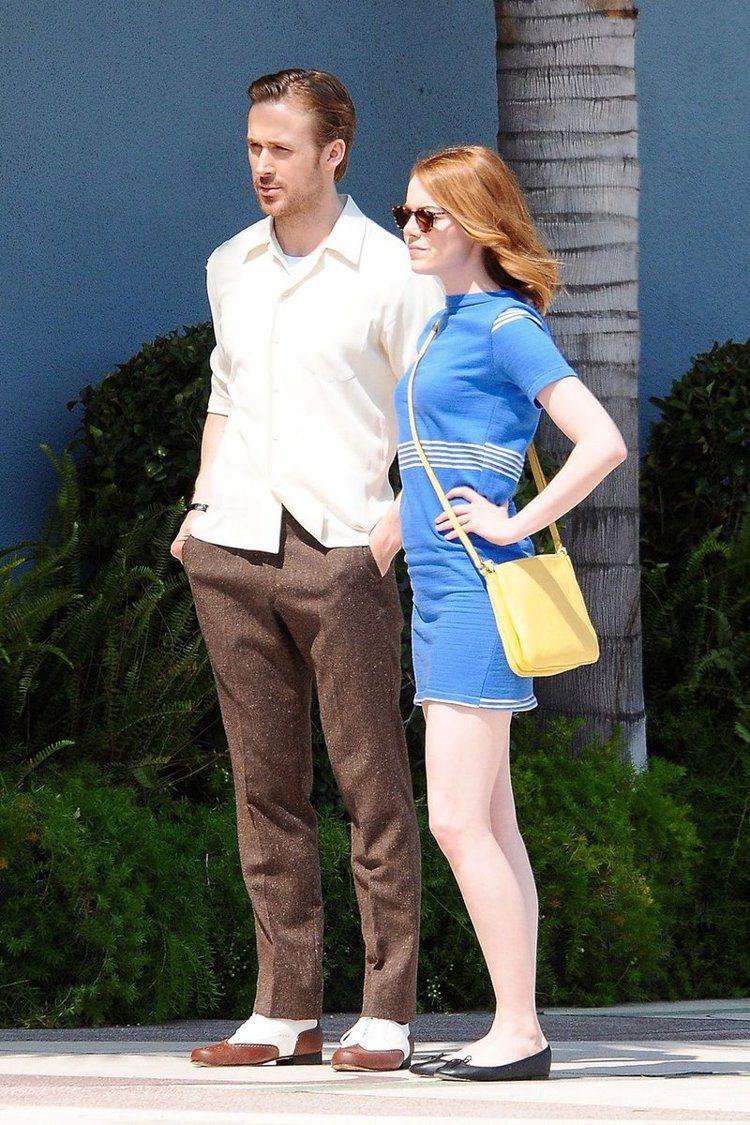 艾瑪史東與萊恩葛斯林在拍片現場的身影中,就穿著Repetto鞋款。圖/取自sco...