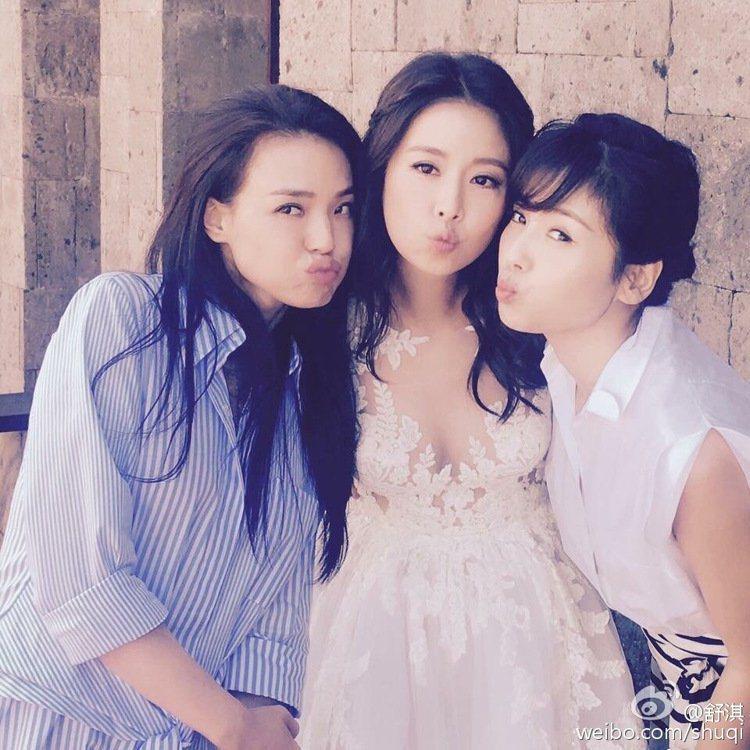 舒淇和林心如、劉濤在林心如婚禮合照三連發。圖/取自舒淇臉書