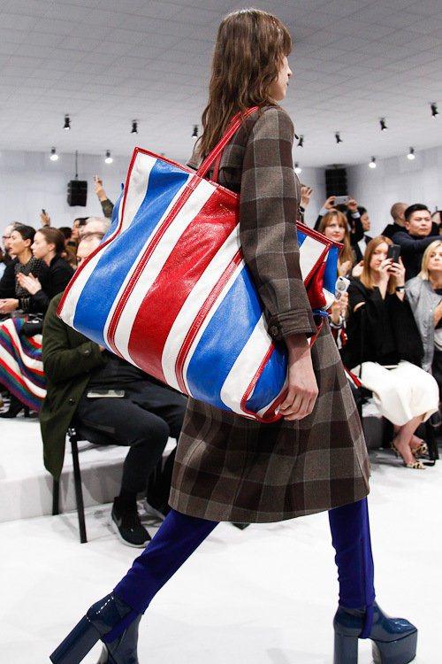 BALENCIAGA秋冬推出的「BAZAR」購物袋包,設計靈感正是來自市集裡的大...
