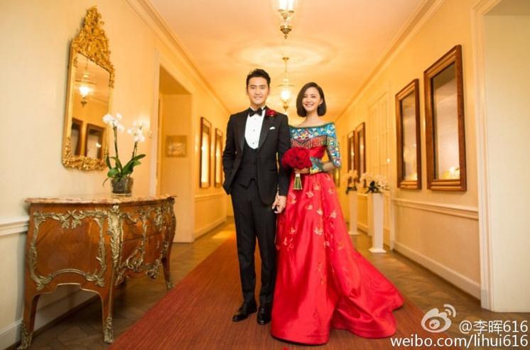 袁弘、張歆藝在德國古堡穿中式禮服迎娶。圖/摘自微博